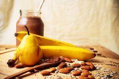 Banánovo-kakaový smoothie s mandľami a hruškou Smoothies, Fruit, Food, Fruit Recipes, Juicing, Milkshakes, Diets, Health, Cooking