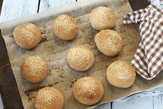 Jeg får ofte spørsmål om hvordan man best mulig kan tine gjærbakst uten at smaken Hamburger, Tin, Bread, Food, Tin Metal, Essen, Hamburgers, Breads, Baking