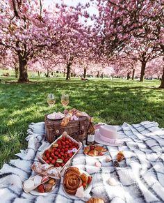 Romantic Picnic Food Ideas Dates _ Romantic Picnic Food Ideas Picnic Date, Summer Picnic, Beach Picnic, Family Picnic, Summer Beach, Frühling Wallpaper, Brunch, Romantic Picnics, Romantic Dinners