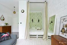Sypialnia to przytulna strefa, bardzo kameralna i z subtelnymi dekoracjami, a więc na pewno ułatwia nocną regenerację....