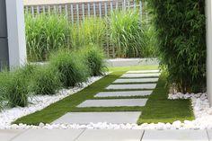 sztuczny trawnik w ogrodzie