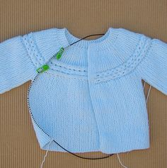 Free Knitting Pattern For Premature Baby - Diy Crafts - Qoster Baby Boy Cardigan, Cardigan Bebe, Knitted Baby Cardigan, Knitted Baby Clothes, Sweater Knitting Patterns, Coat Patterns, Baby Patterns, Baby Dress Tutorials, Pull Bebe