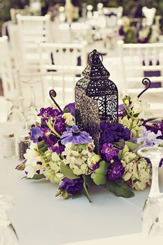 Idees-centre-de-table-mariage-oriental-lanterne-marocaine-decoation-florale-violet-mauve-violine-lilas