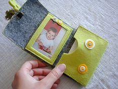Porte-cartes en feutrine  Voici ma dernière réalisation couture : un porte-carte en feutrine épaisse. Il y a deux petites fenêtres(avec transparentpour protéger)pour y glisser des...