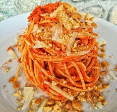 Spaghetti con pesto di pomodori secchi e pecorino, tarallo sbriciolato
