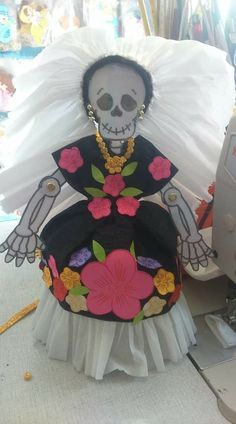 catrinas de papel para montar al altar de muertos Decor Crafts, Fun Crafts, Diy And Crafts, Halloween Crafts, Halloween Decorations, Grinch Stuff, Corn Husk Dolls, Day Of The Dead Party, Trunk Or Treat