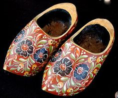 Hindelooper 'clogs' (wooden shoes), richly painted. Hindelooper klompen…