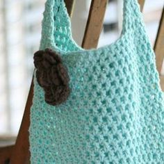 This adorable free market tote crochet pattern is perfect for taking to the farmer's market or grocery store. This crochet shopping tote pattern is quick and easy!