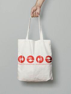 2019 áprilisában Grafikus OKJ képzéseink résztvevői a Magyar Kereskedelmi és Vendéglátóipari Múzeum két állandó kiállítása arculatának újragondolását kapták feladatul. #okj #tanfolyam #képzés #layout #topschool #design #iskola #graphic #grafika #grafikus Tote Bag, School, Bags, Handbags, Carry Bag, Tote Bags, Totes, Hand Bags, Purses