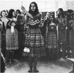 Marama Palmer demonstrates the flight of the Kotuku with her poi. Sculpture Art, Metal Sculptures, Abstract Sculpture, Bronze Sculpture, Tribal Group, Maori Patterns, Polynesian People, Maori People, Frank Morrison