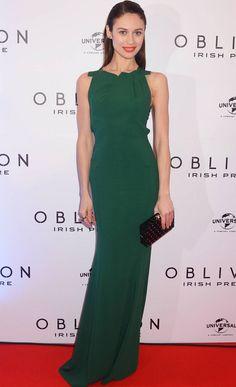 El verde puede ser el color protagonista de un look 10 como este de Olga Kurylenko con un vestido largo sin mangas de Roland Mouret y clutch rígido negro de Charlotte Olympia.