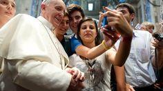 El papa Francisco posa para quizá la primera foto 'selfie' de un pontífice El líder de la Iglesia católica convivió con jóvenes italianos con los que se tomó varias fotografías, una de ellas con un teléfono móvil  Por Eric Marrapodi  Domingo, 01 de septiembre de 2013 a las 17:03