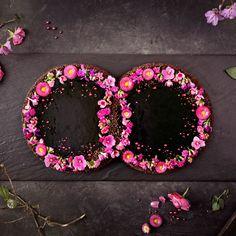 Diese romantische Hochzeitstorte in Ringform ist schnell und einfach gemacht. Eine süße, romantische Verführung: Mousse au Chocolat-Torte mit Blütenkranz in Ringform, perfekt für den schönsten im Tag Leben.