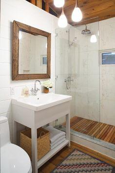 mała łazienka z prysznicem, biel i drewno;