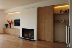 Houten meubelen in één concept met uw gas- of hout inbouwhaard, samen ecologisch en duurzaam en prachtig te combineren. U ziet niet alleen de warmte van het hout in uw interieur maar u voelt ook de behaaglijke warmte door het haardvuur. Keuze uit verschillen soorten houtfineren en bewerkingen; Soorten: eik, notelaar, beuk, lariks, berk, wengé, ...Lees verder » Family Room Fireplace, Fireplace Bookshelves, Modern Fireplace, Fireplace Design, Basement Fireplace, Living Tv, Home Living Room, Rehab House, Small Apartment Interior