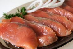 Cheap and quick way to pickle pink salmon Russian Dishes, Russian Recipes, New Recipes, Cooking Recipes, Healthy Recipes, Steak Braten, Smoked Fish, Shellfish Recipes, Everyday Food