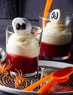 Gespenster-Dessert Dessert made of white chocolate cream and currant sauce for Halloween Halloween Desserts, Halloween Food For Adults, Creepy Halloween Food, Halloween Cookie Recipes, Halloween Eyeballs, Halloween Treats For Kids, Halloween Cocktails, Halloween Appetizers, Halloween Cookies