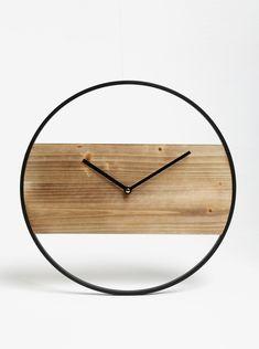 Tip: ceas de perete rotund cu detalii din metalCuloare: negru, maroMaterial: lemn, metalAlimentare: baterie AA (neinclusa)Calitatile materialului: solid,...