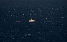 Treinta y ocho personas seguirían desaparecidas el jueves tras el naufragio de un barco de madera que trasladaba a migrantes desde Turquía a Lesbos