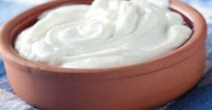 Homemade and live-cultured yogurt is the best source of probiotics. Just like yogurt, Kefir is again high on Bifidus bacteria and lactobacilli. Good Healthy Snacks, Healthy Eating, Healthy Recipes, Healthy Foods, Yogurt Recipes, Healthy Skin, Healthy Beans, Healthy Yogurt, Easy Recipes