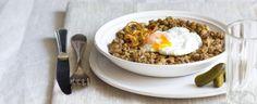 Jednoduchý recept na klasickou čočku na kyselo s cibulkou a okurkou. Můžete také vyzkoušet netradiční přílohu v podobě pošírovaného vejce. What To Cook, Food Lists, Meat Recipes, Grains, Cooking, Breakfast, Ethnic Recipes, Meat Food, Kitchen