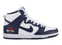 1f8353f9edf84 Um Logo Bem Patriótico Aparece Em Duas Edições Do Nike SB Dunk High -  SneakersBR