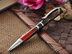 生漆で仕上げられたボールペン。大量生産品であるペンに、伝統的な漆塗りを用いているのはなんだか新鮮に感じた。