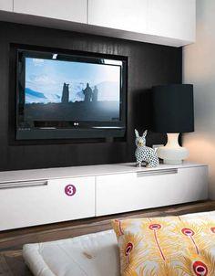 Sala de TV Um futon (1,80 x 1,80 m, Futon Company) ocupa quase todo o ambiente, que é uma continuação do piso de madeira. A luz indireta vin...