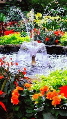 Çiçekler inde Fıskiyeli Havuz.