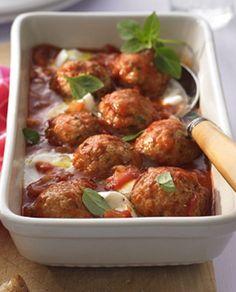 Putenhackbällchen in aromatischer Tomatensoße: http://kochen.gofeminin.de/rezepte/rezept_putenballchen-in-tomatensauce-mit-mozzarella_335056.aspx #hackbällchen