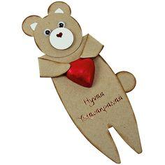 Leikkaa kartongista nallen silhuetti, koristele ja kiinnitä nallelle suklaasydän syliin.
