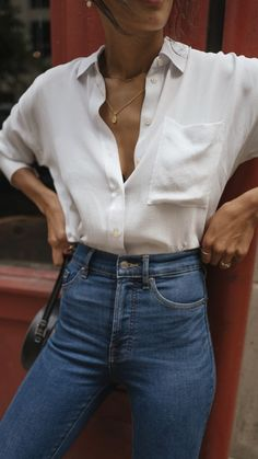 White Shirt Lauren Johnson of Disco Daydream styles a fall capsule wardrobe Everlane Silk Shirt Denim Blouse, Jeans Denim, Blue Jeans, Black Women Fashion, Womens Fashion, Ladies Fashion, Girl Fashion, Lauren Johnson, Fall Capsule Wardrobe