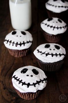 I've been making these spooky Jack Skellington cupcakes since Juliet was 3 years old, that's about 5 years now. And it's become quite the little tradition to make them in our home every October. What I love about these cupcakes is. Diy Halloween Food, Halloween Cupcakes Easy, Fun Halloween Games, Healthy Halloween, Halloween Cakes, Classy Halloween, Halloween 2020, Halloween Costumes, Jack Skellington
