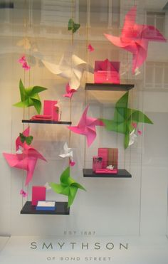 Find tips and tricks, amazing ideas for Store window displays. Discover and try out new things about Store window displays site Spring Window Display, Window Display Retail, Window Display Design, Retail Windows, Store Windows, Vitrine Design, Decoration Vitrine, Ideias Diy, Store Displays