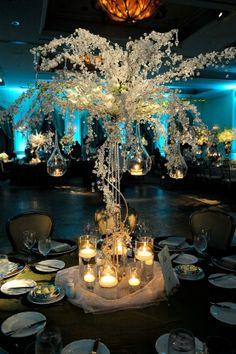 Centro de mesa con cadenas de perlas y velas colgantes. #CentroDeMesa