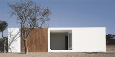 Galería de Casa en Litoral Alentejano / Aires Mateus | Square Plan House | one Floor | White Wall | Flat Land | Sliding Door | Forest |