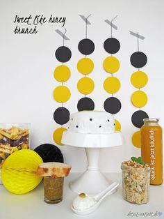 Sweet like honey brunch  Bienen sind unsere fleißigen Helfer in der Natur. Mit ihnen fallen unsere Ernten üppiger aus und sie liefern uns leckeren Honig. Für einen Geburtstagsbrunch habe ich honigsüße Rezepte zusammengestellt und für Dich aufgeschrieben. Süße und herzhafte Köstlichkeiten, alle rund um das Thema Honig. Und die Dekorationsideen im gelb-schwarz-Look sind schnell gemacht und sehen toll aus.