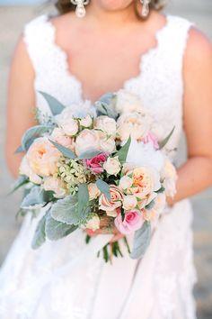 ルースト花のデザインからピンクとクリーム色の花束| Kacieリンチ写真|グラマー&グレイス