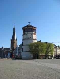Schlossturm Düsseldorf - im Hintergrund Kirche St. Lambertus mit den schiefen Turm