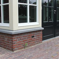 erker met hardsteen raamdorpel Building Exterior, Bay Window, Garage Doors, Windows, Outdoor Decor, House, Home Decor, Happy, House Beautiful