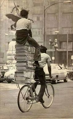 Two wheels, powered by a person. Interested in riding a bicycle? Antique Photos, Old Photos, Saint Yves, Funny Pictures, Old Pictures, Bicycle Art, Foto Art, Mexico City, Black And White Photography