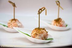 Le polpette di Salmone affumicato caprino miele e pistacchio di Bronte sono un antipasto molto particolare dal sapore raffinato e ricercato.
