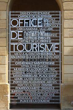 Signalétique urbaine 2011 signé Ruedi Baur > simplement présence des lettres sans fond