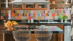 9 Colorful Kitchen Backsplash Inspirations (there's also a very cool tiny mirror/glass tiles one) Kitchen Wet Bar, Kitchen Dining, Happy Kitchen, Home Decor Kitchen, Kitchen Interior, Cocinas Feng Shui, Kitchen Backsplash Inspiration, Ideas Terraza, Kitchen Mosaic