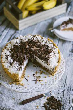 La banoffee pie è una delle torte che preferisco: una base croccante, salsa di caramello, banane, panna montata e cioccolato. Che bontà!