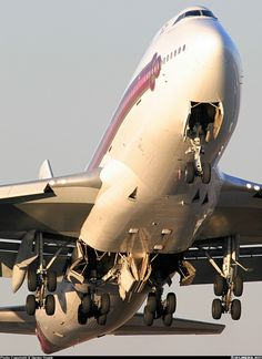 Thai Airways Boeing 747-4D7 departing from Sydney airport. The photo shows the complexity of the enormous undercarriage!