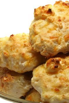 Do you love Red Lobster restaurant recipes, but sometimes wish some of them were less fattening? Try these Red Lobster Cheddar Bay Biscuits made healthier. You'll swear this copycat recipe is the real thing. Red Lobster Biscuits, Cheddar Bay Biscuits, Drop Biscuits, Cheese Biscuits, Best Shrimp Scampi Recipe, Cracker Barrel Copycat Recipes, Easy Biscuit Recipe, Healthy Crackers, Dinner Menu