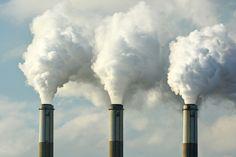 Contaminación de la atmósfera: causas y soluciones. La deforestación, la industrialización excesiva y la extracción minera son algunas de las causas de la contaminación de la atmósfera.