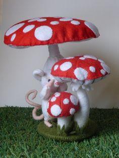 8...9...10...Wie niet weg is... is gezien.  Een mooi groepje vliegenzwammen wat op vele seizoenstafels terecht kan. De paddenstoelen zijn in diverse groei stadiums. Tussen de paddenstoelen is een muisje aan het tellen 8.... 9...10 maar tussendoor gluurt hij door zijn vingers waar de andere muisjes zijn