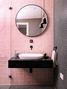 Roze badkamer / ronde spiegel / badkamer inspiratie / moderne badkamer
